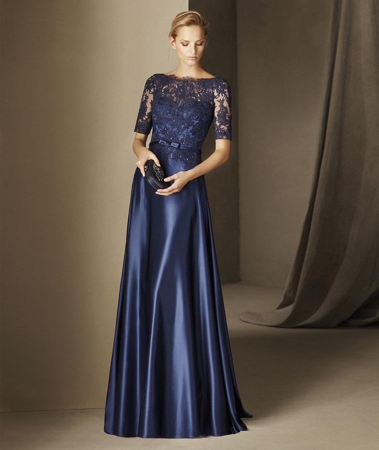 c14edd0e85 Mais um azul deslumbrante. Este vestido evasé de corte na cintura e decote  em barco foi realizado em mikado