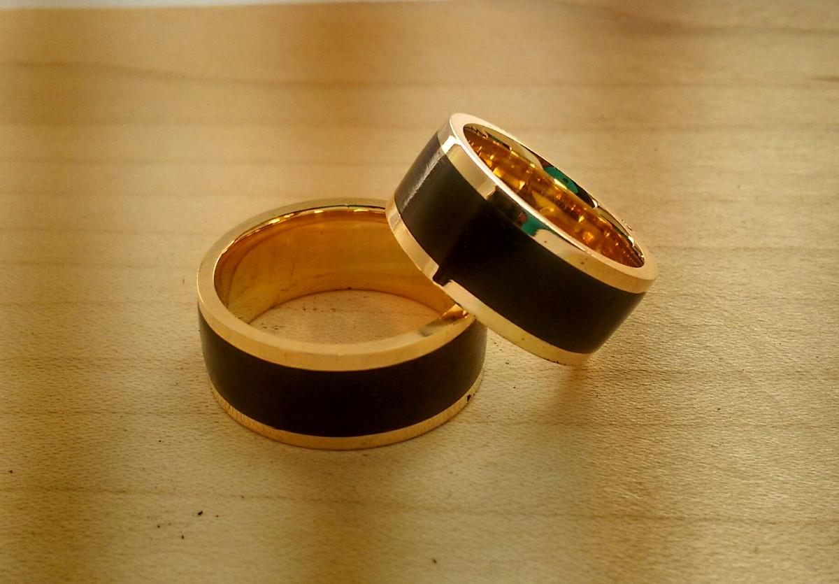 alianca-de-ouro-18k-com-madeira-ebano-alianca-de-noivado