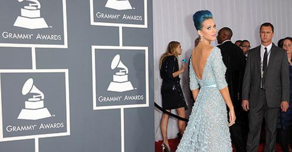 Katy Perry usa Elie Saab no Grammy