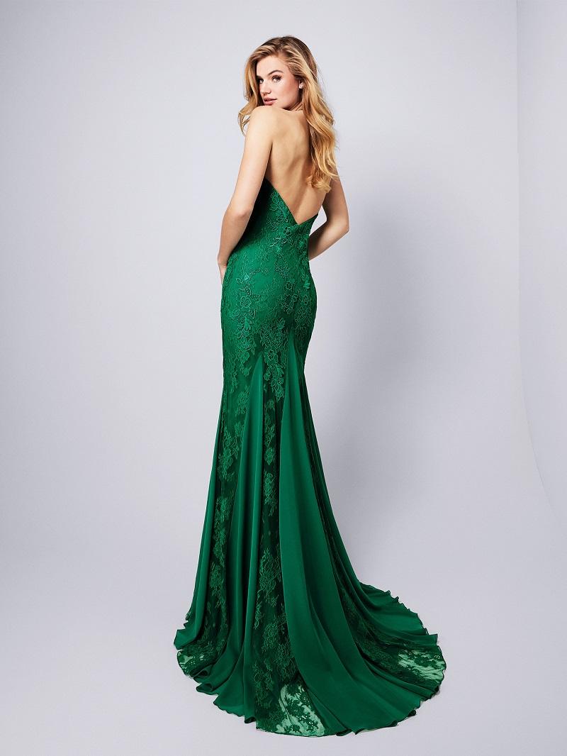 7db19cdd3 ... surgiu esse fabuloso vestido de festa com decote halter e costas nuas.  A sensualidade das transparências é equilibrada com o romantismo dos  bordados ...