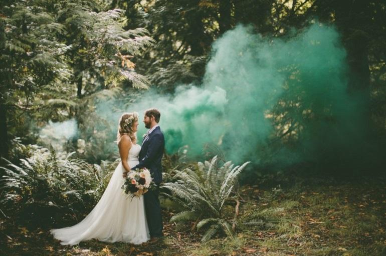 Como usar a fumaça colorida nas fotos do casal